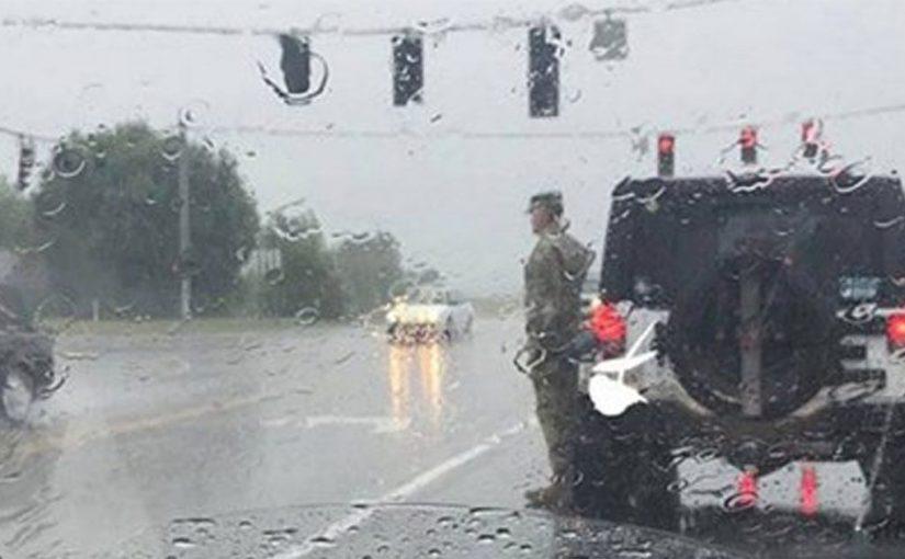 Солдат вышел из машины и стал стоять смирно. Водители думали прогнать его, пока не увидели…
