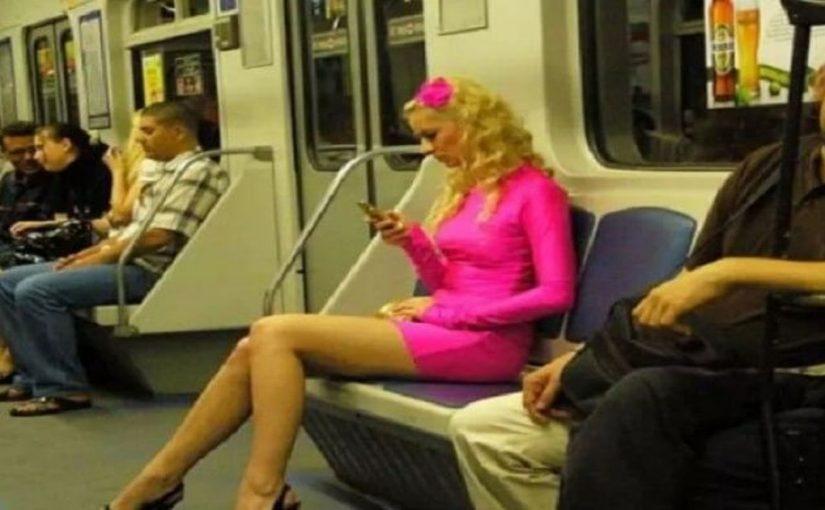 Эта блондинка в метро вычудила такое, что волосы на голове стали дыбом. Редко такое увидишь!
